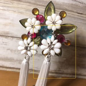Jewelry - White floral tassels!